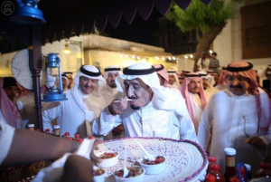 King Salman eats traditional food in Jeddah