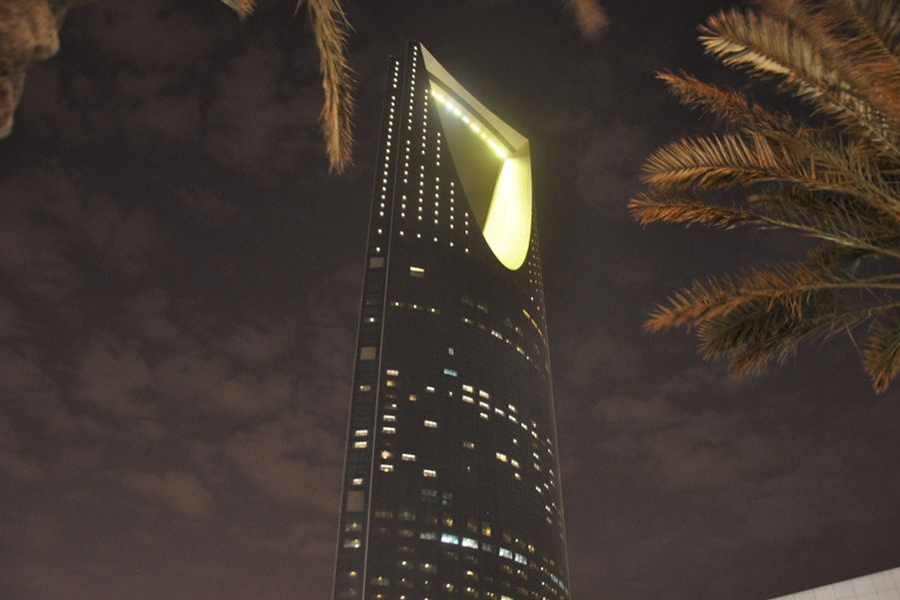 Saudi Kingdom Tower at Night - photo by Lucien Zeigler for SUSTG