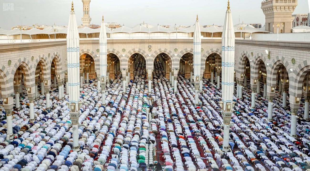 Worshippers at the Prophet's Mosque on Eid Al-Fitr.